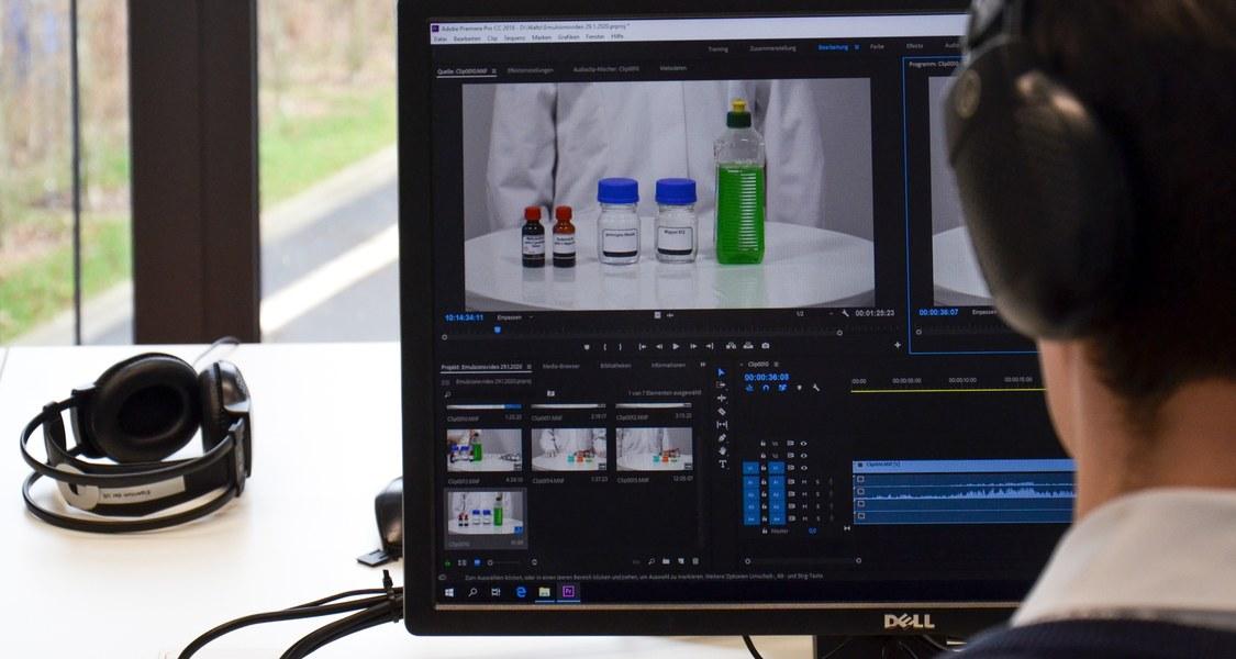 Videoschnittplatz mit Blick auf Bildschirm