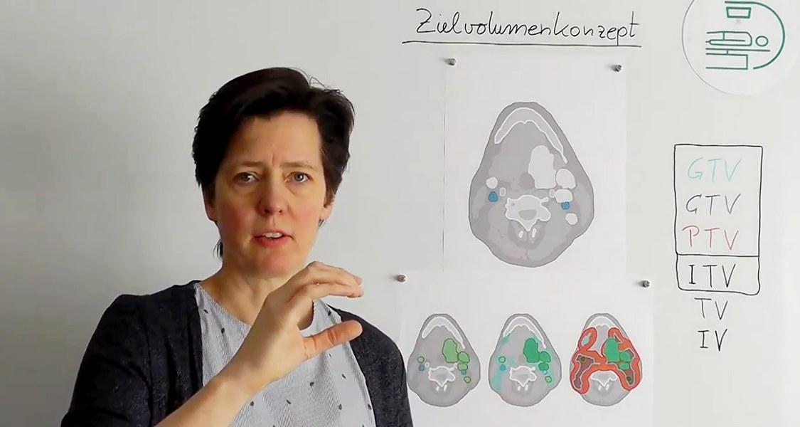 Videostandbild: Professorin Hilke Vorwerk vor Whiteboard mit Schema