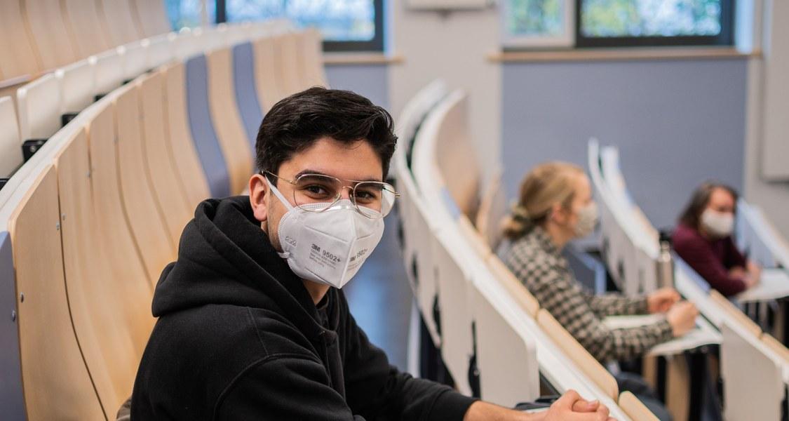 Foto von Studierenden im Hörsaal mit Maske