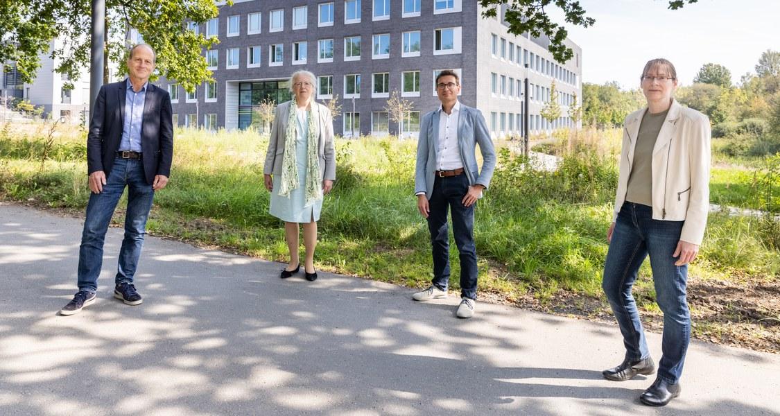 Gruppenfoto vor SYNMIKRO-Neubau