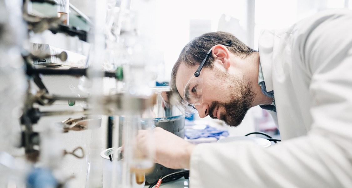 Foto eines Forschenden im Labor