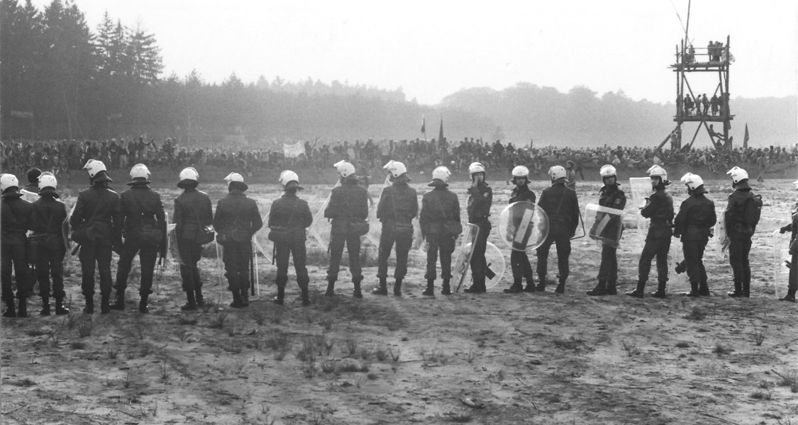 In Brokdorf traf die Polizei während der 1980er Jahre auf Demonstranten, die gegen das geplante Atomkraftwerk protestierten.