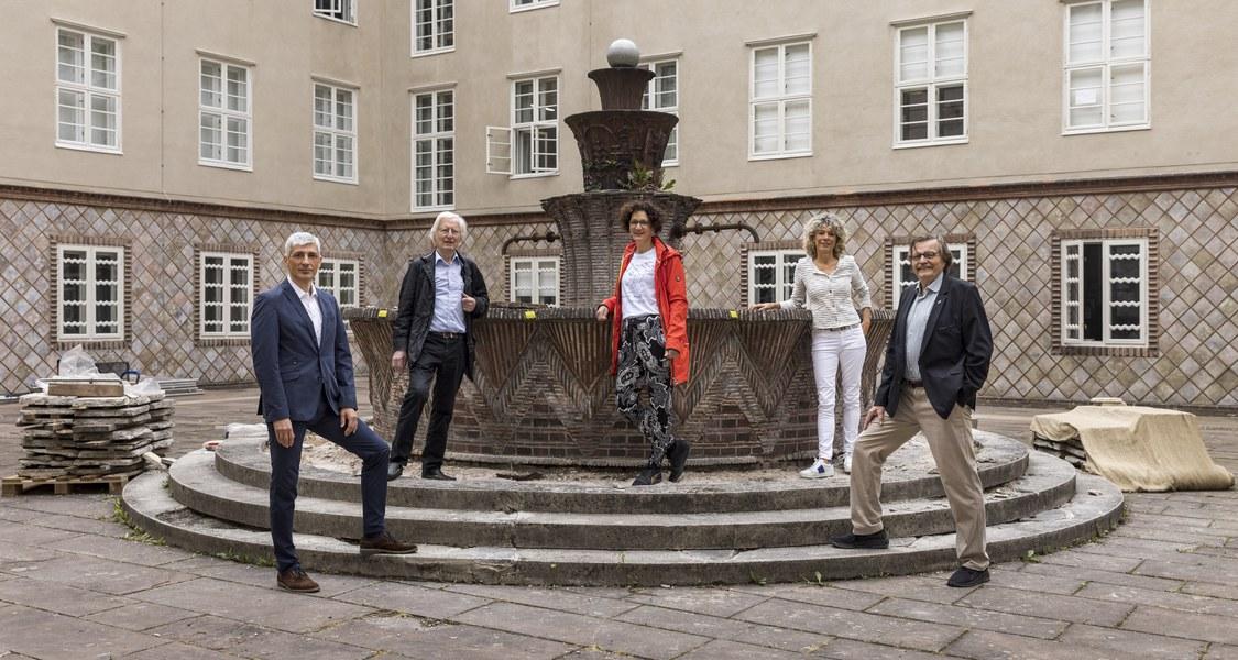 Gruppenfoto mit Brunnen im Innenhof des Kunstgebäudes