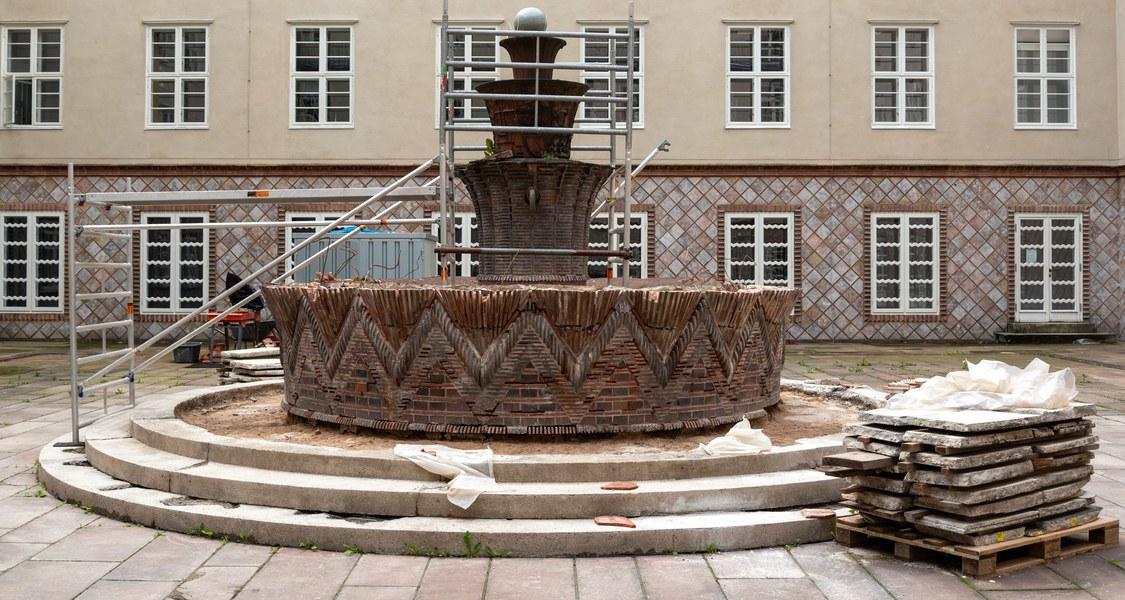 Totale auf Innenhof mit Brunnen und Gerüst sowie einigen bereits abgebauten Brunnenteilen
