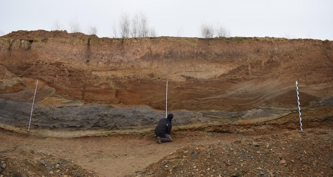 In einer Kiesgrube bei Niederweimar im mittleren Lahntal dokumentierten die Forscher Schichten vulkanischen Ursprungs. Foto: Collin Weber