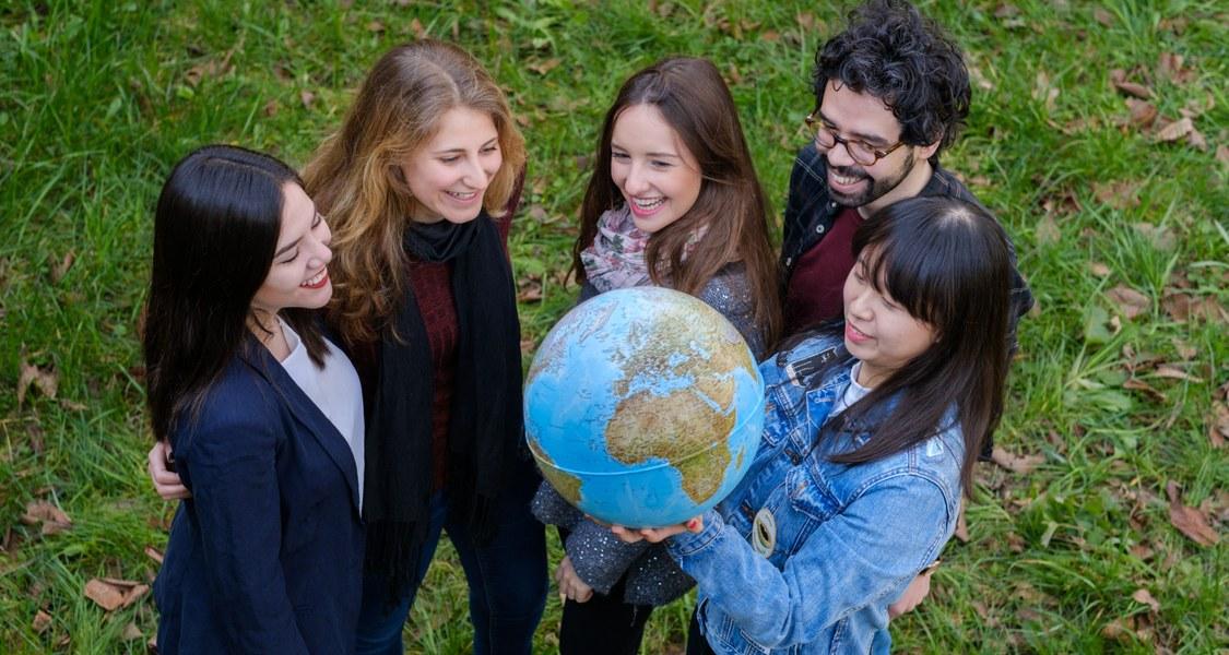 Foto von Studierenden mit Globus