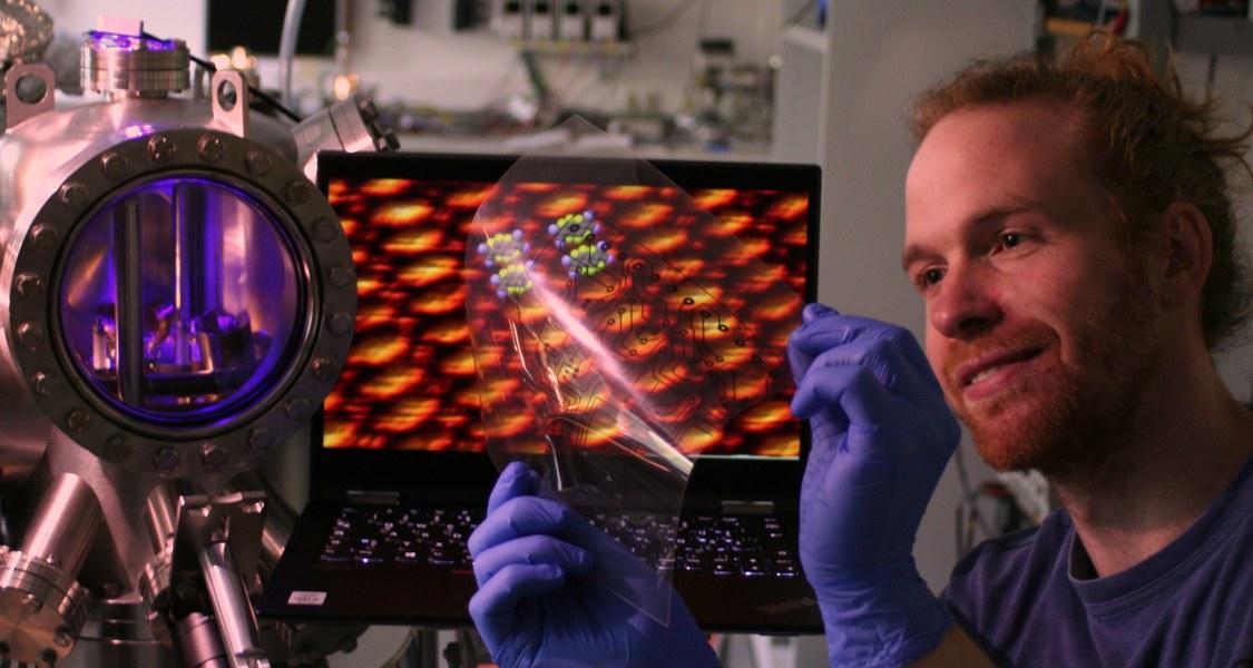 Pionier der Organischen Elektronik: Der Doktorand Felix Widdascheck entwickelte im Labor von Professor Dr. Gregor Witte eine Methode, mit der sich druckbare Silberelektroden verwirklichen lassen. (Foto: Maximilian Dreher
