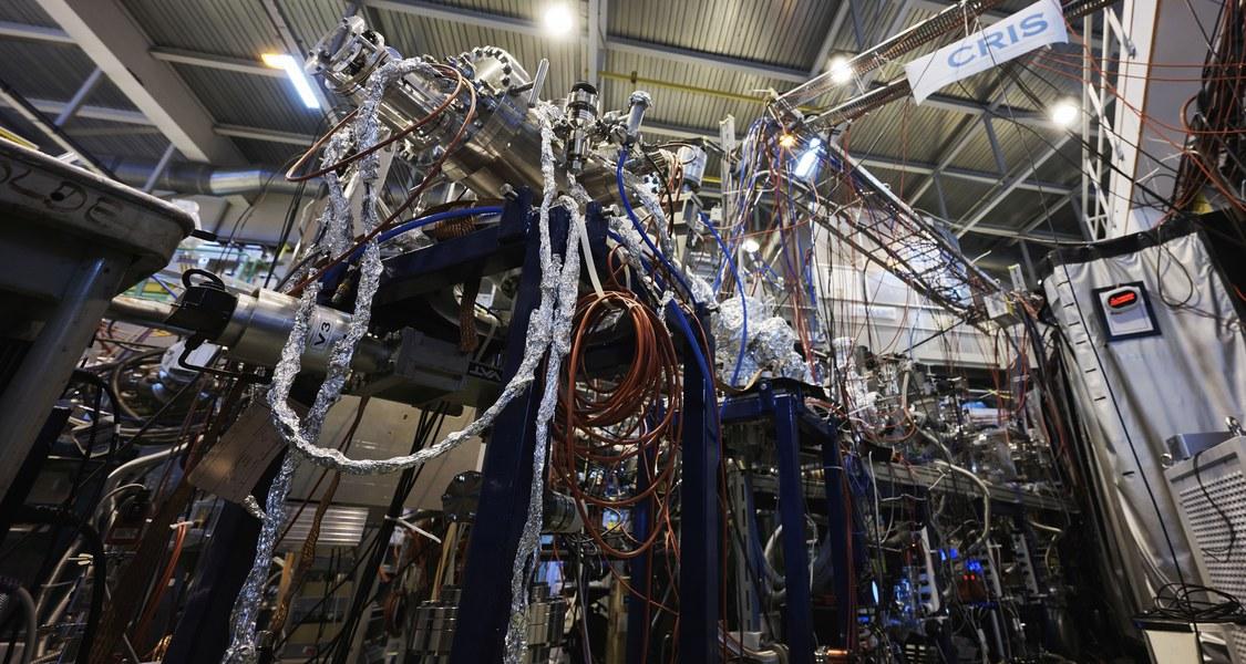 Am Isotopenseparator ISOLDE des europäischen Kernforschungszentrums CERN führte das internationale Team um Ronald Fernando Garcia Ruiz, Silviu-Marian Udrescu und Robert Berger laserspektroskopische Untersuchungen zur Isotopieverschiebung eines kurzlebigen radioaktiven Moleküls durch. (Foto: CERN)