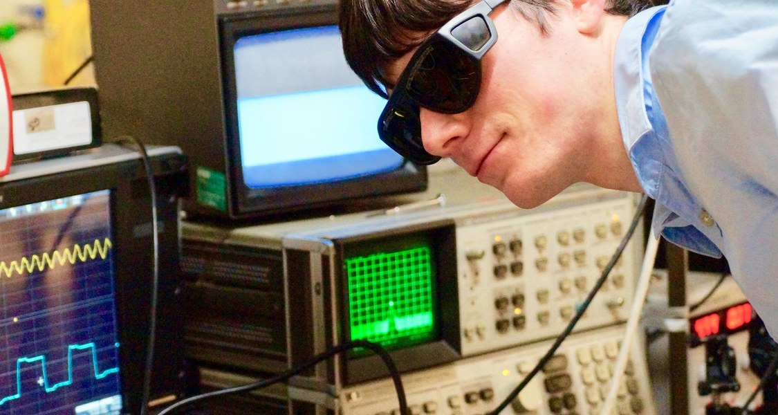 Der Marburger Physiker Christian Kriso begutachtet ein VECSEL-Lasersystem, mit dem er einen Frequenzkamm erzeugt hat. Foto: Martin Koch