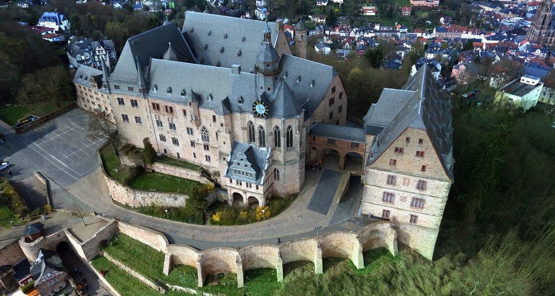Panorama-Luftaufnahme des Landgrafenschlosses Marburg