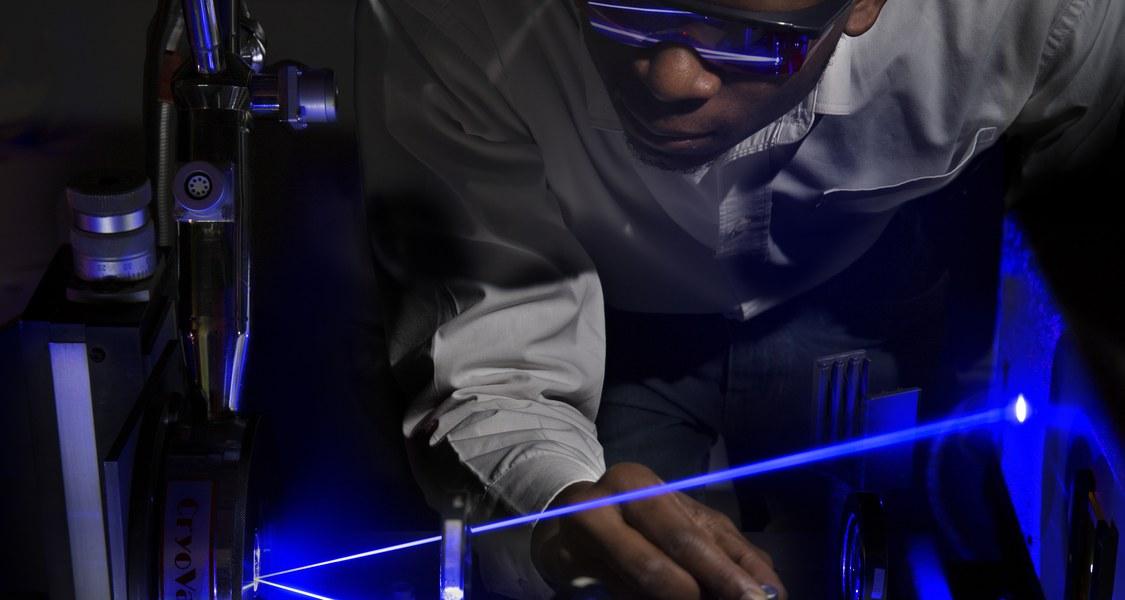 Der Physiker Dr. Hilary Masenda führte im Labor von Professor Dr. Martin Koch Laserexperimente an TMD-Monolagen durch. Foto: Florian Conrads