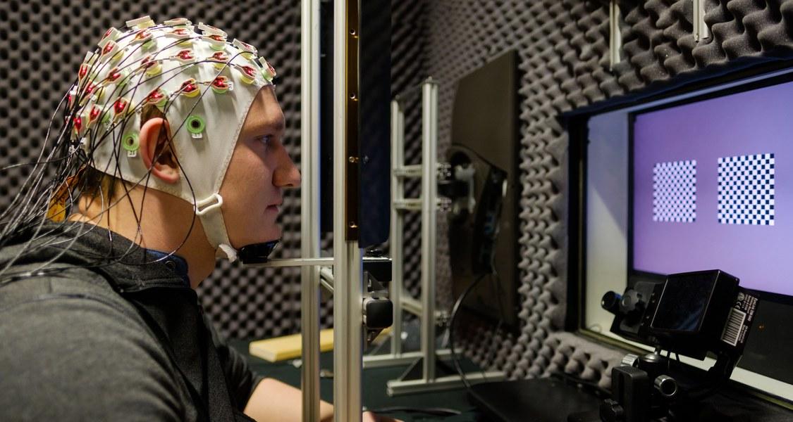 Autopilot im Kopf: Probanden mit EEG-Kappe helfen der Neurophysik, Hirnaktivitäten zu studieren. (Foto: Rolf K. Wegst für CMBB)