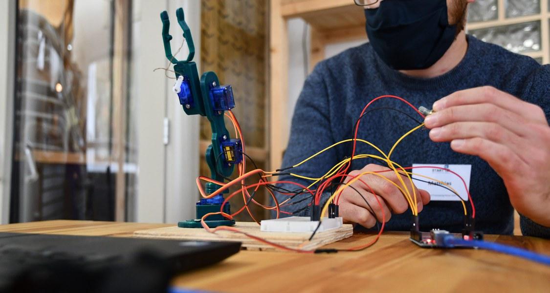 Foto eines Teilnehmenden mit einem Prototypen