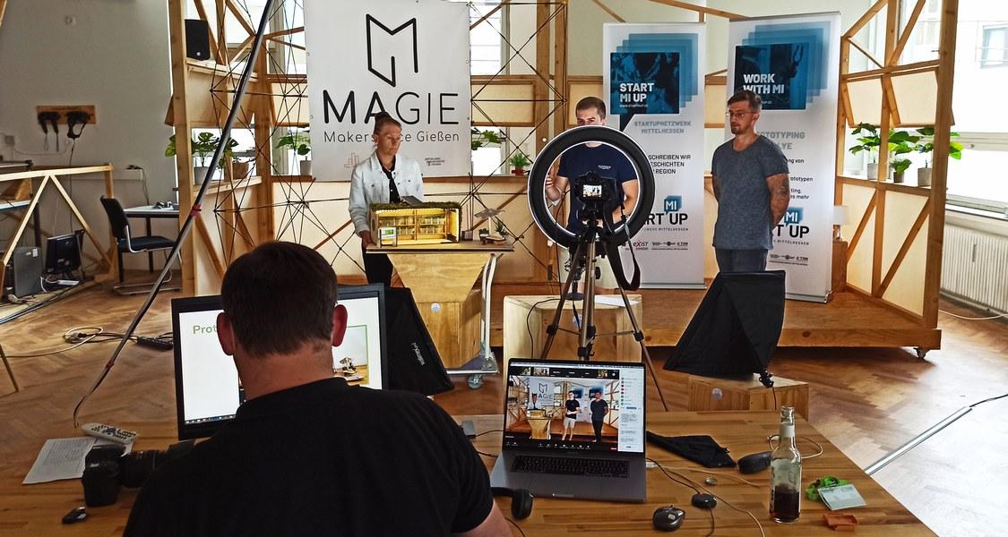 Blick auf Notebook, Kamera und Bühne im Makerspace