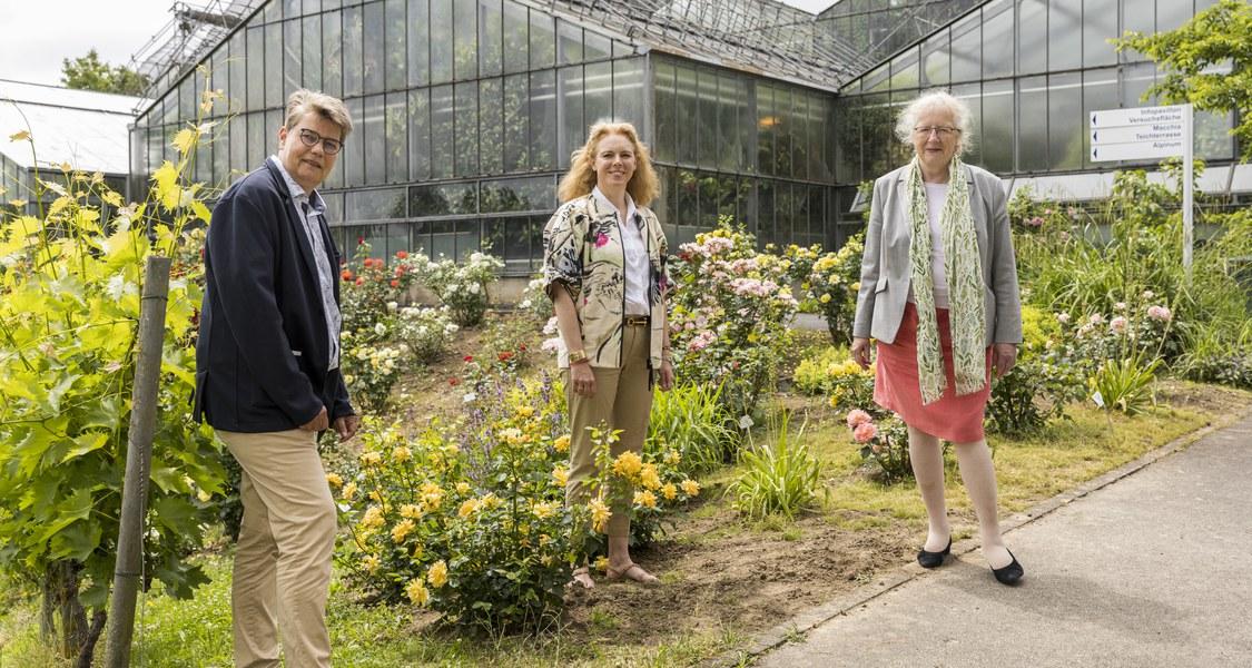Gruppenfoto vor den Gewächshäusern im Botanischen Garten auf den Lahnbergen