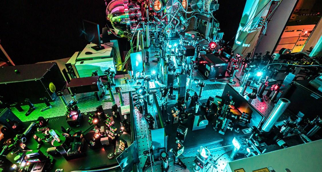 Der Versuchsaufbau an der Philipps-Universität Marburg erzeugt die ultrakurzen Laserimpulse, die nötig sind, um schnelle Elektronentransferprozesse zu beobachten.