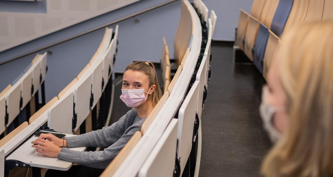 Studierende im Hörsaal auf Abstand