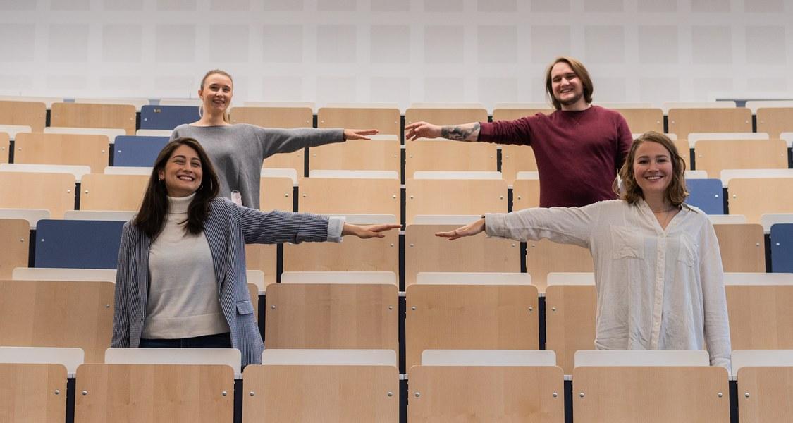 Studierende im Hörsaal mit Abstand