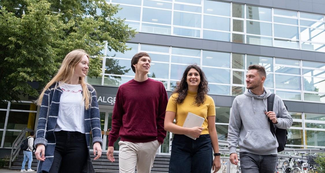 Foto von Studierenden vor dem Hörsaalgebäude