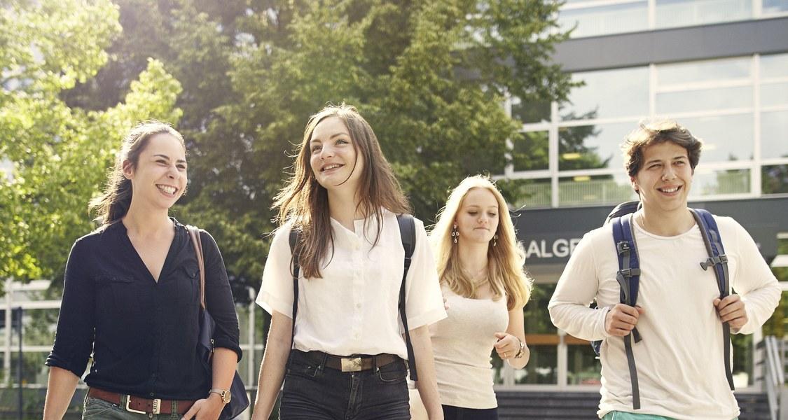 Studierende vor dem Hörsaalgebäude