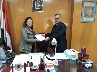 Hala Ghoname receiving the Memorandum of Understanding between the Department of Islamic Studies and the Faculty of Archaeology from Dr. Atef Mansour the Dean of the Faculty of Archaeology at Fayoum University, and the Chairman of the German-Egyptian Islamic Numismatics Center.