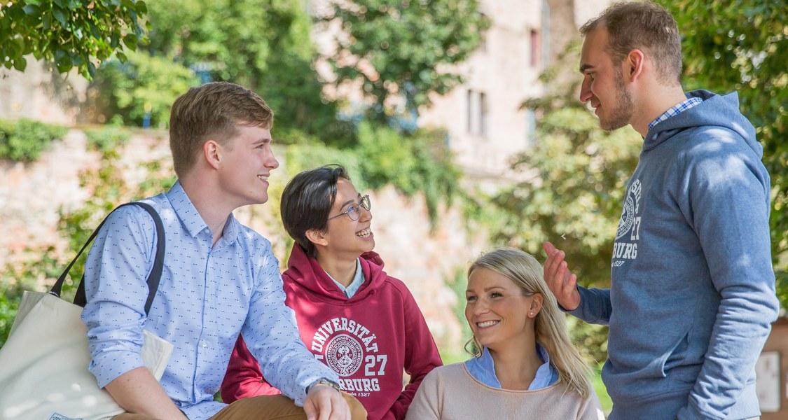 Studenten vor dem Marburger Schloss