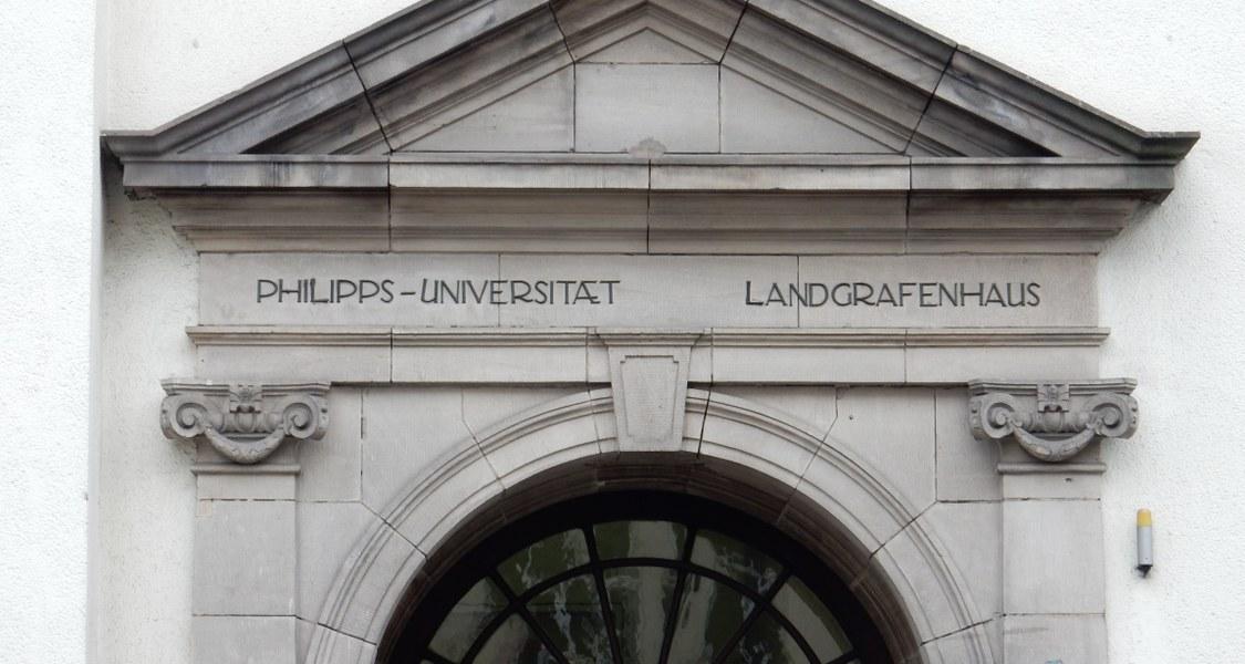 Das Bild zeigt des Sturz der Tür des Landgrafenhauses mit seiner Bezeichnung.