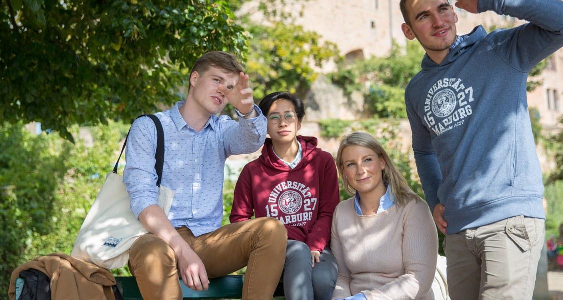 Gruppe Studierender blickt in die Ferne