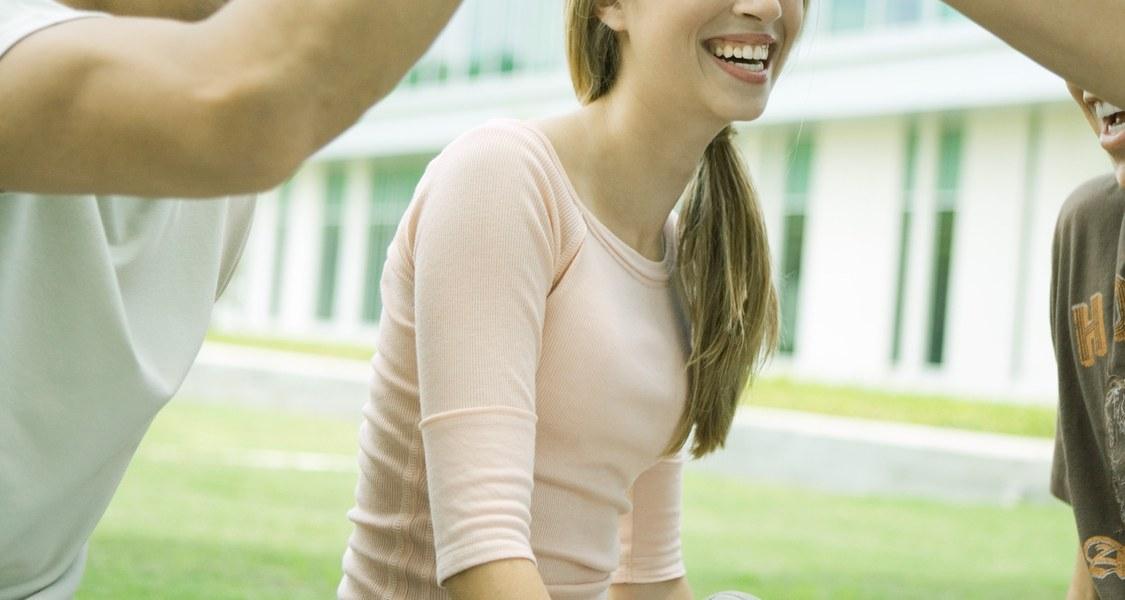 Studierende draußen lachend