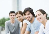Studierende lächelnd draußen