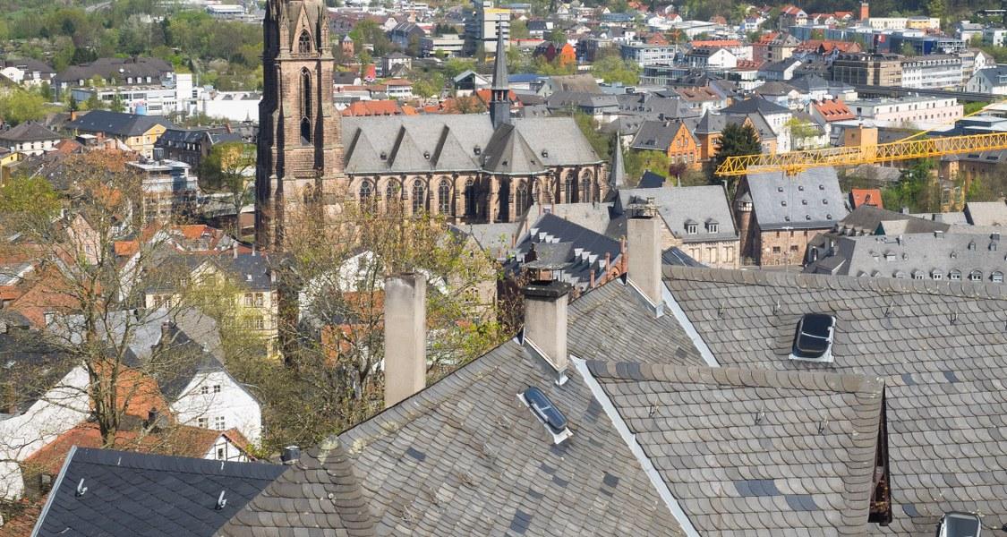 Elisabethkirche und Gebäude Vogelperspektive