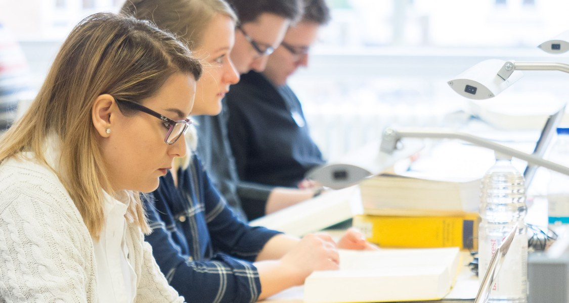 Gruppe von Studierenden beim Lernen