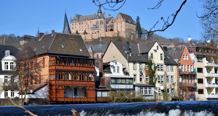 Schloss mit Lahn im Vordergrund
