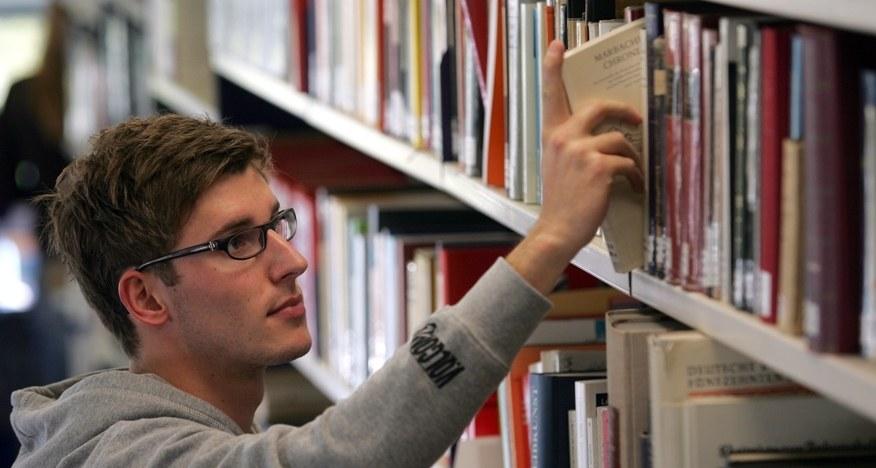 Student nimmt Buch