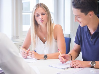 Studierende und Dozent im Gespräch