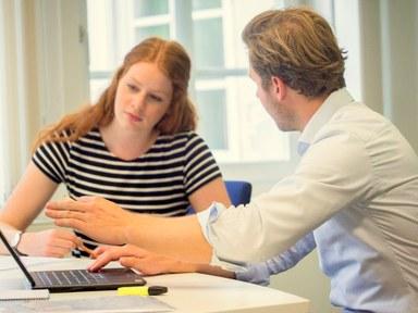 Studierende und Dozent im Gespräch Bild1.jpg