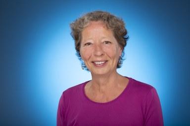 Bildnis Ursula Birsl vor blauem Hintergrund