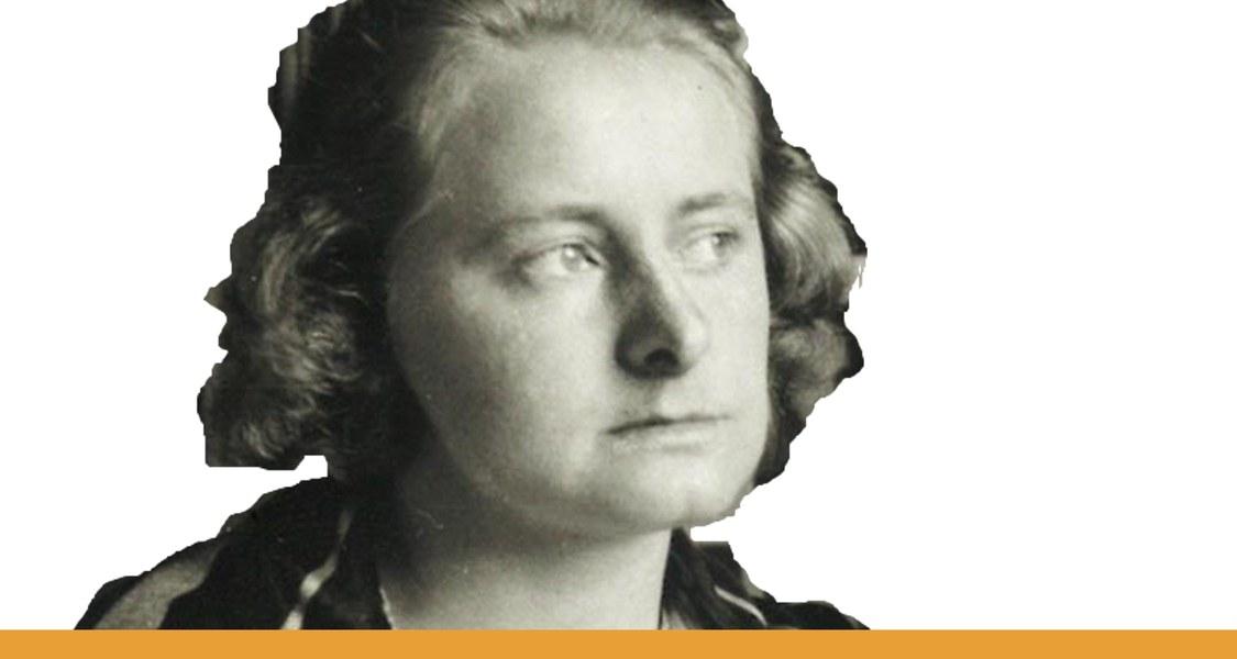 Porträt Rut Björkman / schwarz-weiße Fotografie im Ausschnitt vor weißem Hintergrund und mit orangem Unterstrich