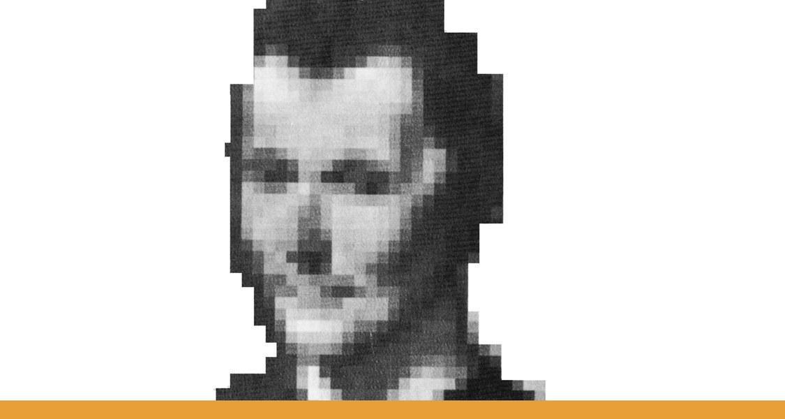 Porträt Niccolo Machiavelli nach Santi die Tito (16. Jahrhundert) / Ausschnitt einer künstlich verpixelten schwarz-weißen Fotografie vor weißem Hintergrund und mit orangem Unterstrich