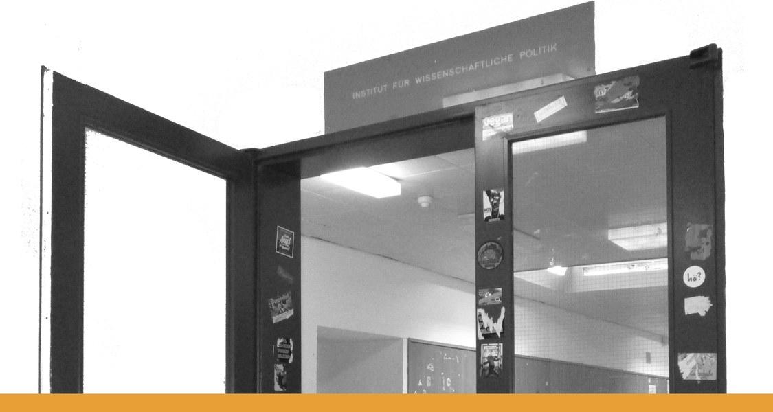 """Schild mit Aufschrift """"Institut für wissenschaftliche Politik"""" über einer Eingangstür mit Blick in einen Flur"""