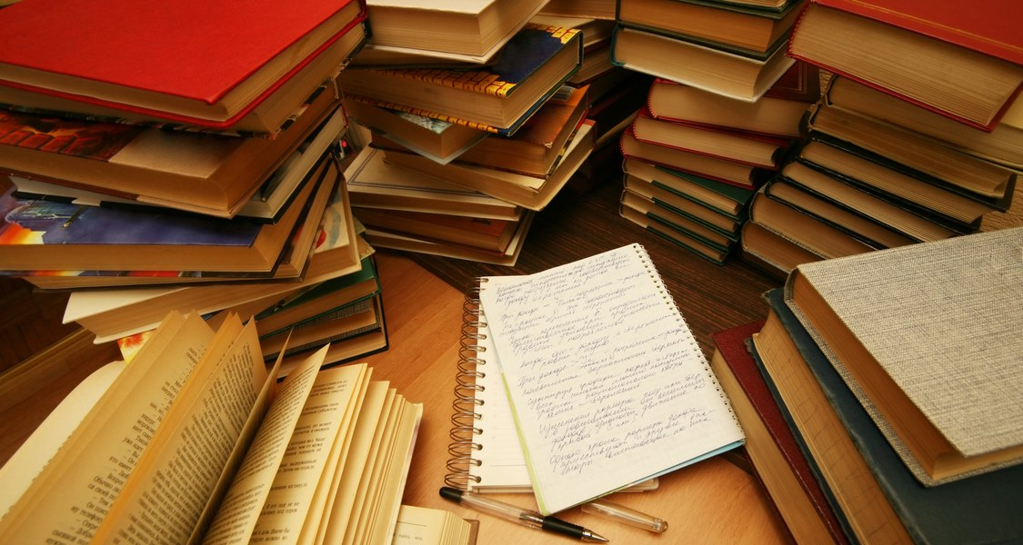 Bücherstapel und handschriftliche Notizen