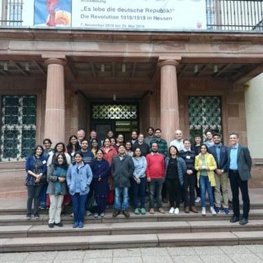 Gruppenfoto der Workshopteilnehmenden vor dem Marburger Staatsarchiv