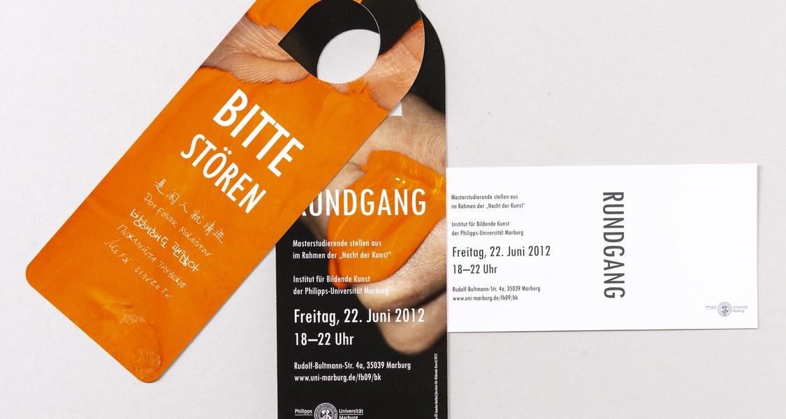 Einladungskarte Vorder- und Rückseite in Form einer Karte, die man in Hotels an die Zimmertür hängt, um nicht gestört zu werden