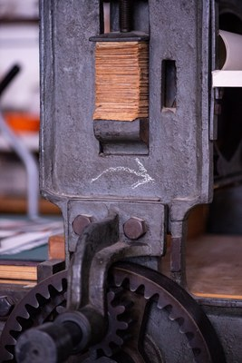 Manuelle Lithographiepresse, Kurbelrichtung angezeigt. Pfeil zeigt nach rechts.