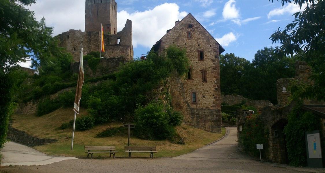 Burguine Rötteln, Eingangshof