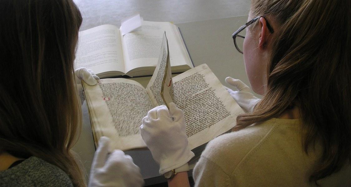 Studierende beim Handschriftenstudium in der Universitätsbibliothek Marburg