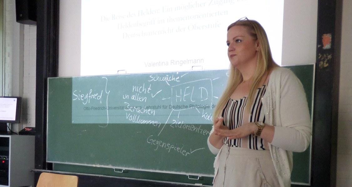 """Valentina Ringelmann beim Gastvortrag im Seminar """"Nibelungen in der Schule? Mittelalterliche Texte im Deutschunterricht"""""""