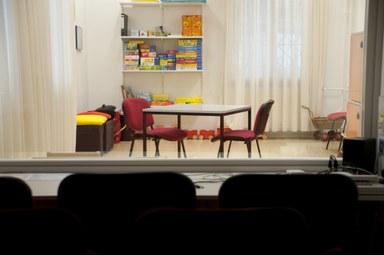 Aus dem Hospitationsraum sieht man in einen Therapieraum.
