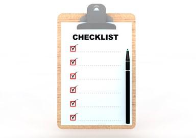 Eine Checkliste klemmt auf einem Klemmbrett.