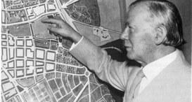 Peter Grund am Model zum Wiederaufbau Darmstadts